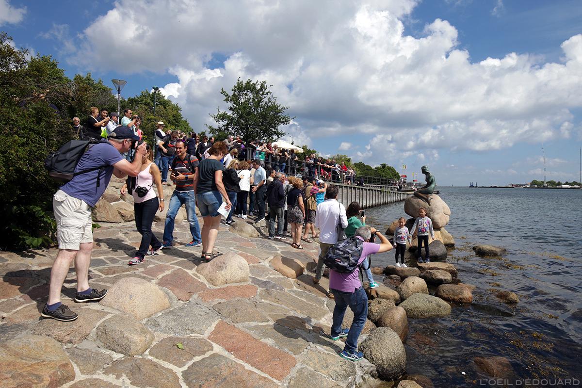 Touristes photographiant la Petite Sirène, Copenhague