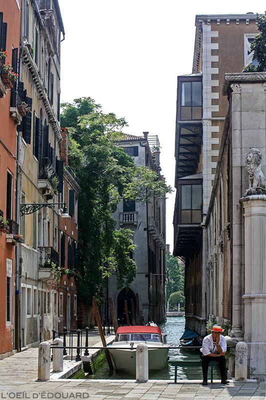 Gondolier en attente, Venise