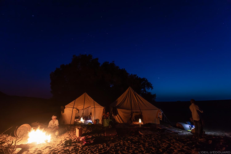 Bivouac autour du feu dans le désert du Maroc © L'Oeil d'Édouard - Tous droits réservés