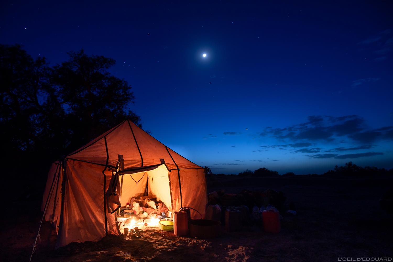 Bivouac au crépuscule dans le désert du Maroc © L\'Oeil d\'Édouard - Tous droits réservés