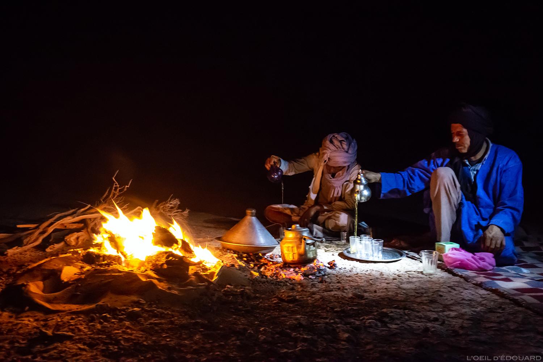 Nomades Sahraouis au bord du feu dans le Désert du Maroc © L\'Oeil d\'Édouard - Tous droits réservés